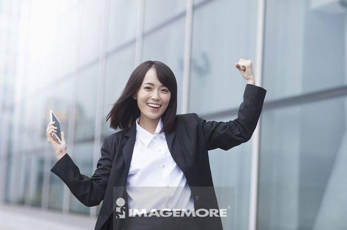 一位办公女性在欢呼