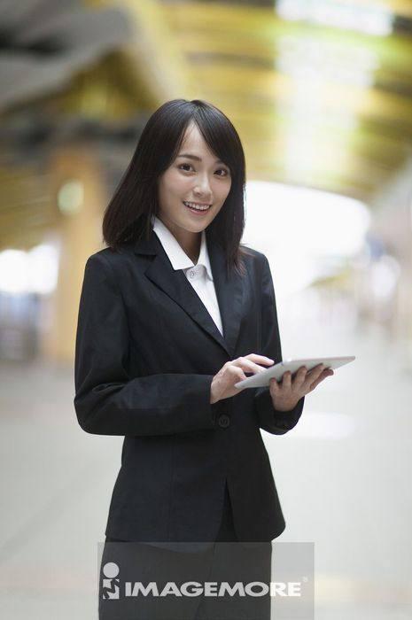 一位办公女性在使用平板计算机