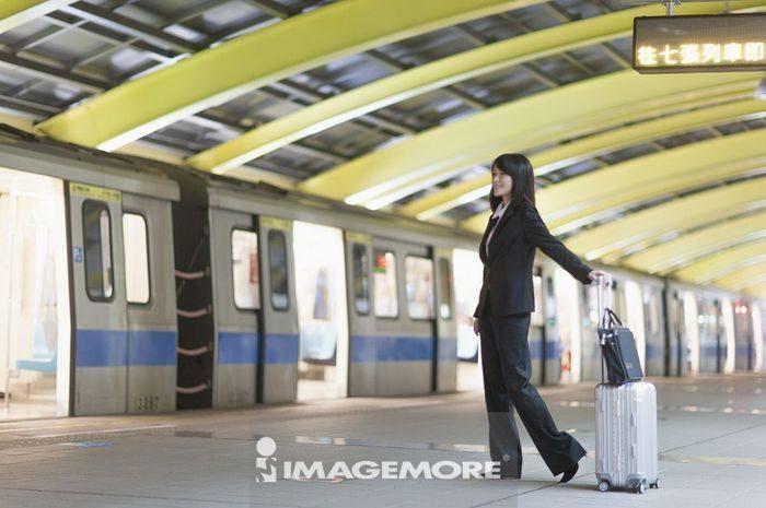 一位办公女性搭捷运出差