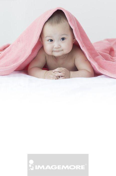 宝宝趴在床上