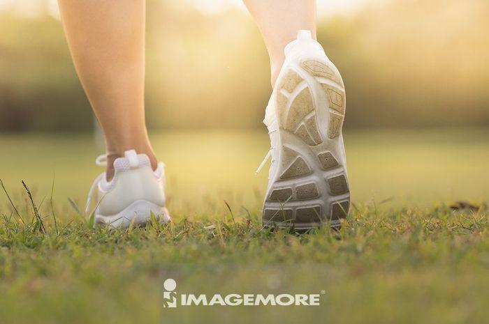 穿着运动鞋的双脚
