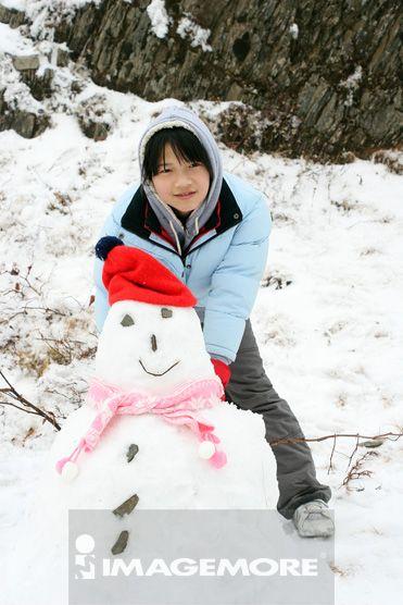 小女孩与雪人合影
