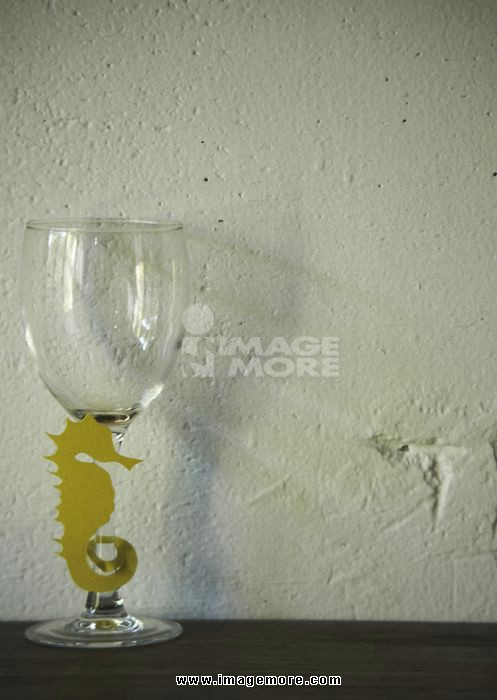 Sea horse-shaped glass marker and wineglass