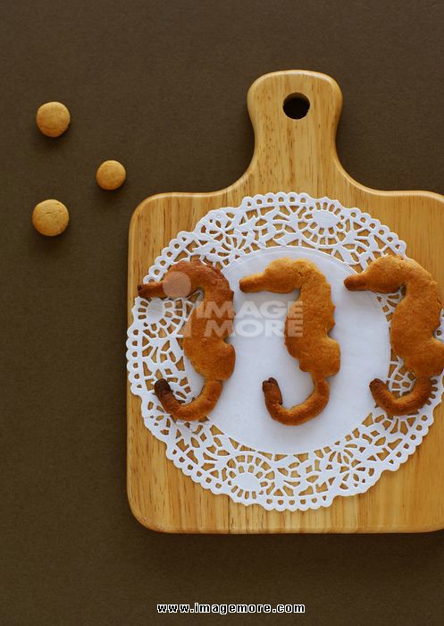 Sea horse-shaped cookies and cutting board
