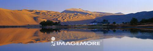 中国,内蒙古,额济纳旗,巴丹吉林沙漠,庙海子,珠峰布鲁图峰,巴丹吉林庙,